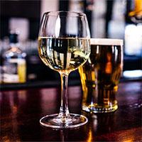 Tại sao uống bia pha rượu dễ say?
