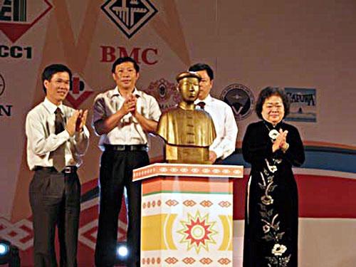 Tượng Vừ A Dính được ra mắt vào ngày giỗ thứ 60 của liệt sĩ (năm 2009).