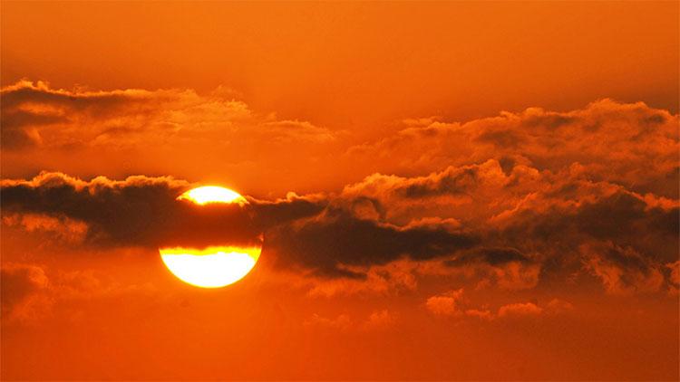 Mặt trời - giống như nhiều thiên thể khác - quay trên một trục.