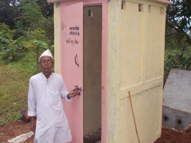Một người dân Ấn Độ đang đứng cạnh nhà vệ sinh Con hổ.