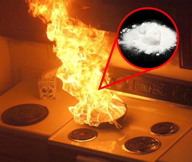Dập tắt chảo lửa đang cháy bằng baking soda
