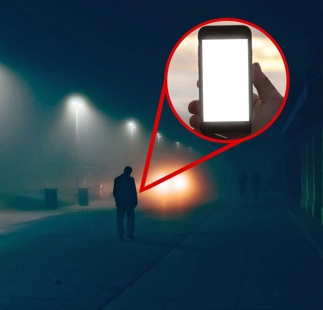 Sử dụng điện thoại như một phản xạ khi bạn băng qua đường trong bóng tối