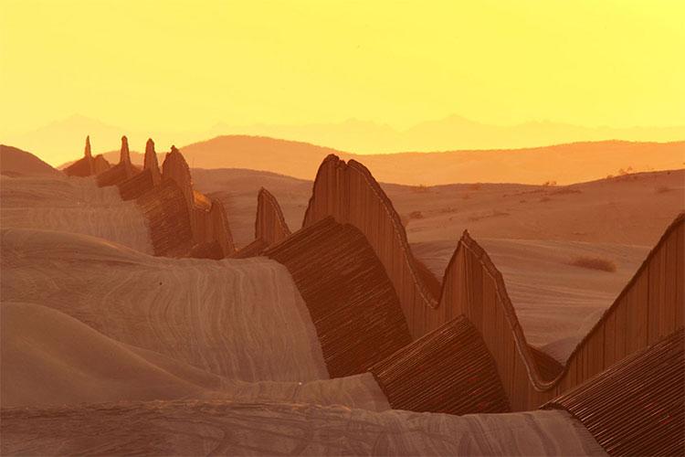 Một phần của hàng rào biên giới Mỹ - Mexico băng qua bãi cát sa mạc giữa Yuma, Arizona và Calexico, California, trong bức ảnh chụp ngày 14/3/2009.