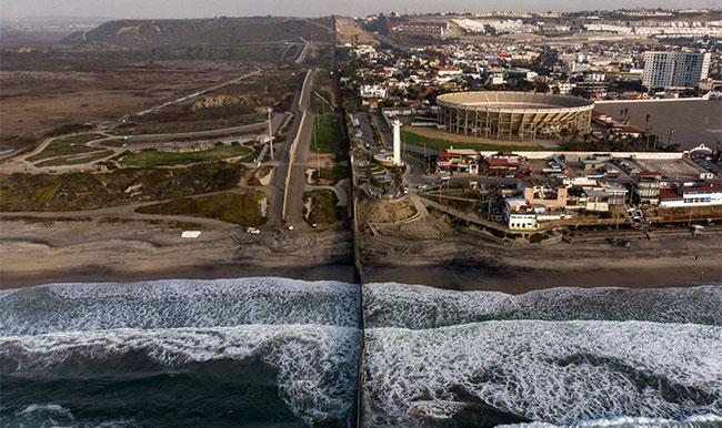 Hàng rào biên giới Mỹ - Mexico, nhìn từ Playas de Tijuana, bang Baja California, ngày 11/1.