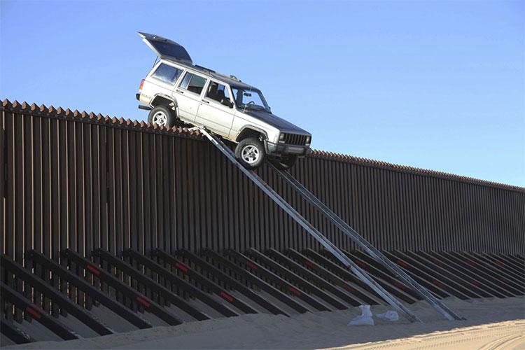 Một chiếc xe Jeep Cherokee màu bạc được cho là của những kẻ buôn lậu tìm cách lao qua hàng rào