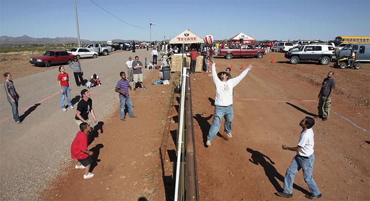Cư dân của Naco, Arizona, tham gia cùng cư dân của Naco, Sonora, Mexico, trong một trận đấu bóng chuyền