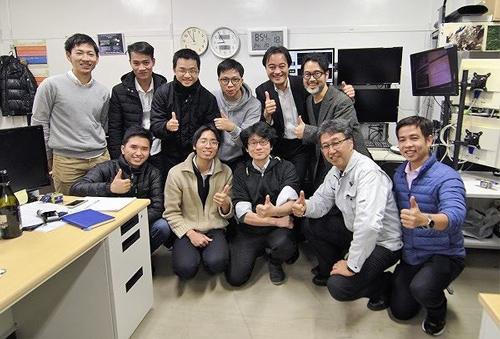 Các thành viên dự án trực tại trạm mặt đất ở Đại học Tokyo sau lần thu tín hiệu đầu tiên vào lúc 20h30 phút (giờ Nhật Bản) ngày 18/1/2019