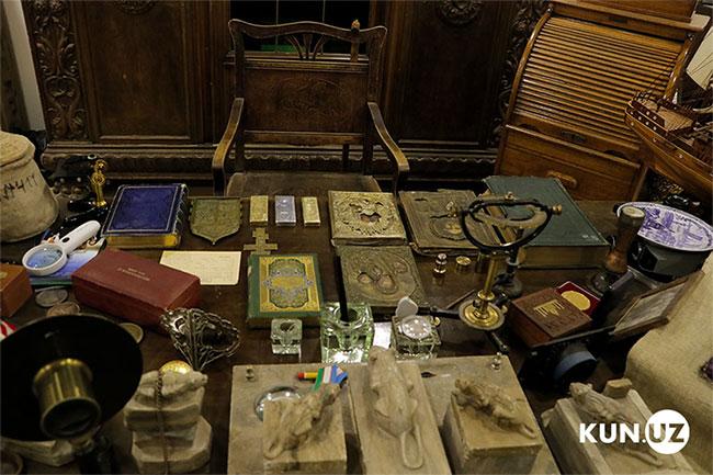 Kho báu có nhiều tiền xu và thỏi kim loại quý, sách cổ giá trị...