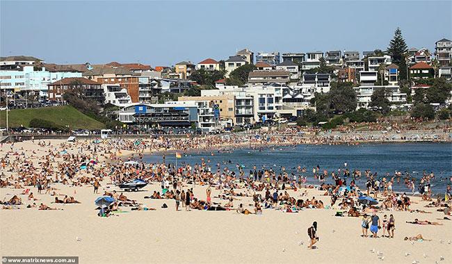 Người dân Úc đổ ra biển thư giãn vì nắng nóng.