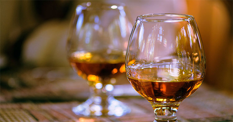 Rượu giàu calo với 7 calo/g, chỉ nên uống khoảng một phần 5 tửu lượng bản thân mỗi ngày.