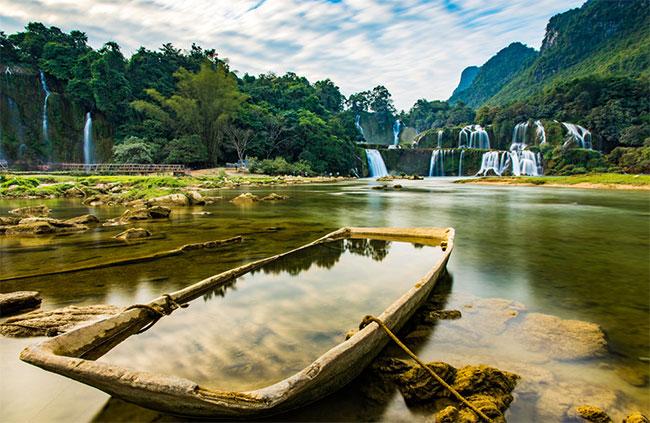 Thác Bản Giốc nằm trên sông Quây Sơn, miền biên giới giữa Việt Nam và Trung Quốc.