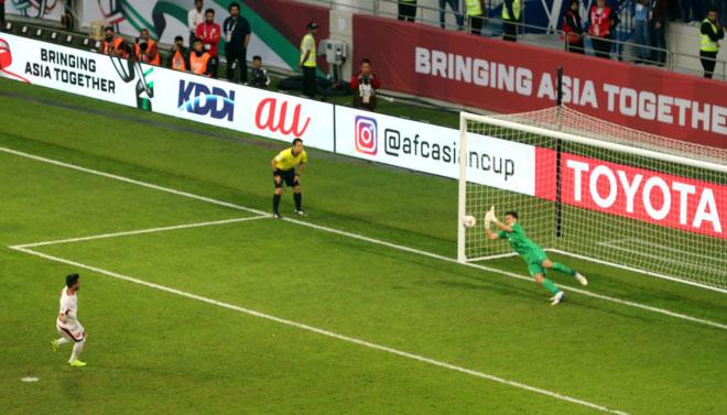 Thủ môn Đặng Văn Lâm đổ người đúng hướng phá cú đá của Ahmed Samir của đội tuyển Jordan