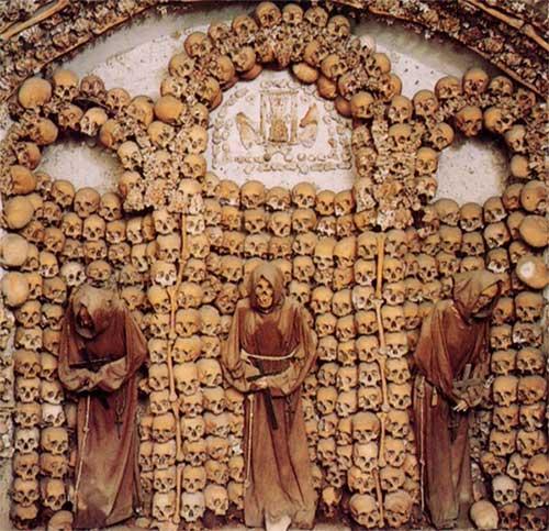 Hầm mộ Capuchin ở Rome, Italy gồm nhiều xác ướp chen chúc nhau trong một căn phòng