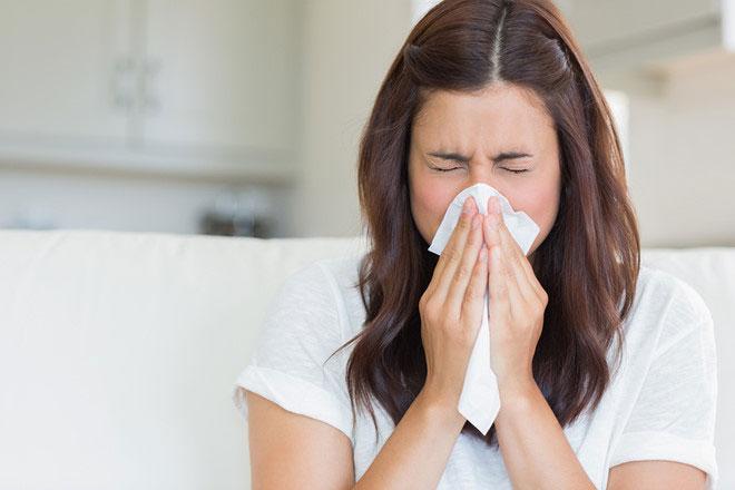Khi xì mũi quá mạnh sẽ làm mạch máu giãn rộng, tạo áp lực gây vỡ mạch máu, dẫn đến chảy máu mũi.