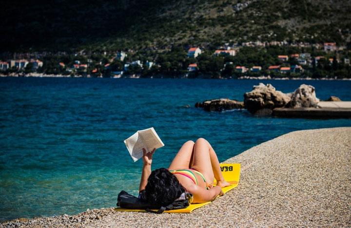 Đọc sách giúp bạn bình tâm, xoa dịu những cảm xúc tiêu cực.