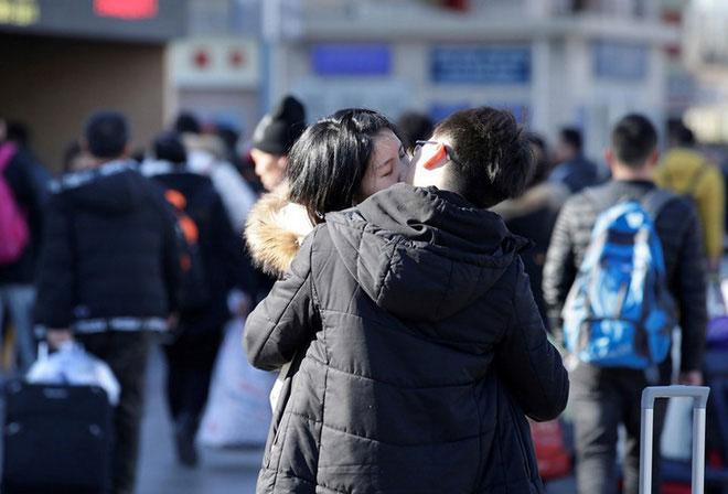 Nụ hôn tạm biệt bên ngoài nhà ga Bắc Kinh