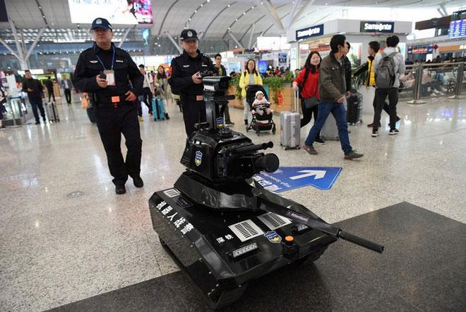 Cảnh sát sử dụng robot để tuần tra tại nhà ga Bắc Kinh
