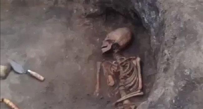 Bộ xương người phụ nữ với hộp sọ hình thù giống người ngoài hành tinh.