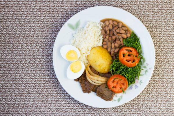 """Một bữa ăn theo công thức """"Đĩa dinh dưỡng"""" gồm rau củ, trái cây, chất đạm và carbohydrate."""