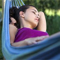"""Nghiên cứu: """"Đung đưa"""" giúp người lớn ngủ ngon hơn, cải thiện trí nhớ"""