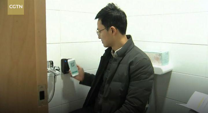 Người sử dụng toilet sẽ được tặng mã sau khi quét mã QR Code.
