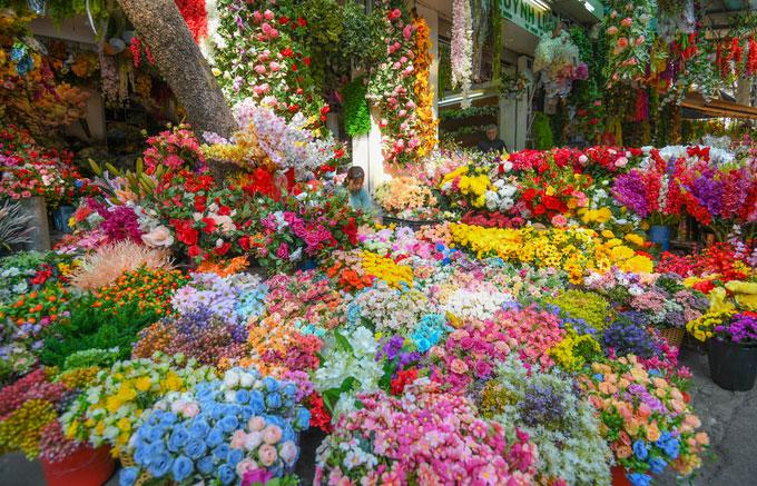 Bên cạnh đào, mai, quất… những loại hoa giấy, hoa lụa tràn ngập góc phố Hàng Lược giao Hàng Rươi.