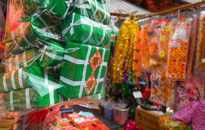 Một điểm mới tại chợ Hàng Mã (liền với chợ Hàng Lược) là bánh chưng, bánh tét giấy.