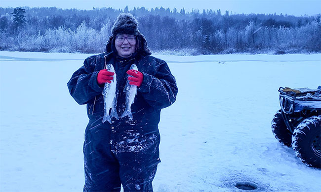 Với người đàn ông này, ít nhất một nửa khẩu phần ăn của gia đình cô đến từ cá, thực vật và động vật bản địa săn bắn được.