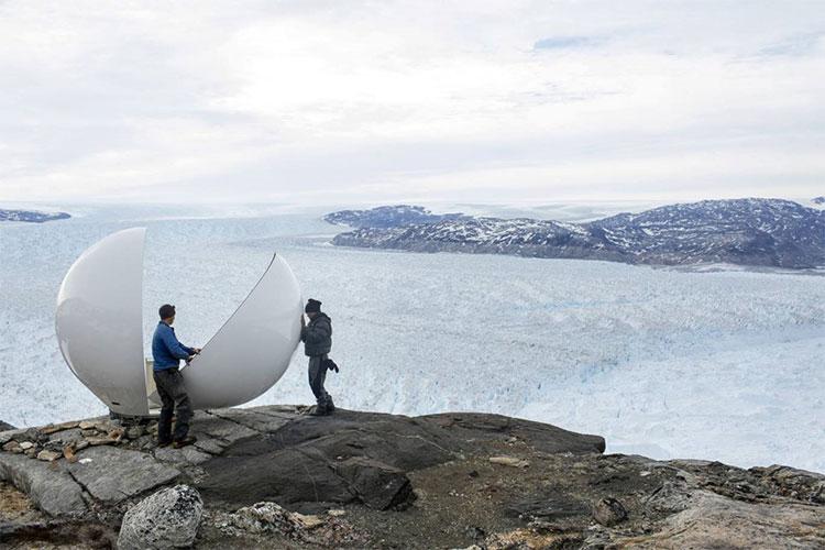 Nhân viên kiểm soát an toàn Brian Rougeux cùng sinh viên Febin Magar lắp ráp một vòm radar