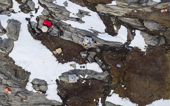 Trại nghiên cứu của nhà hải dương học David Holland bên cạnh sông băng Helheim, Greenland.