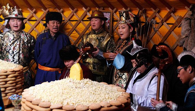 Theo truyền thống, người Mông Cổ coi màu sắc nào sẽ mang đến may mắn trong năm mới?