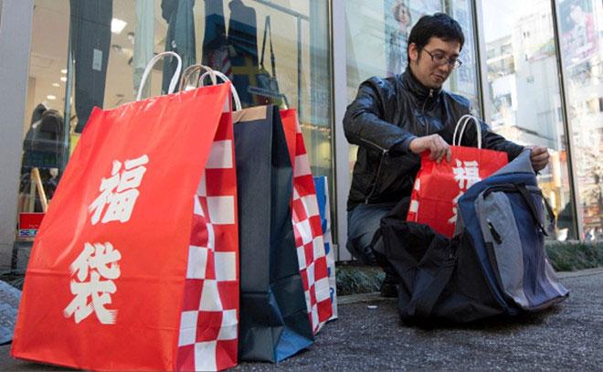 """Người Nhật có thể mua """"túi may mắn"""", hay còn gọi là Fukubukuro vào thời gian nào?"""