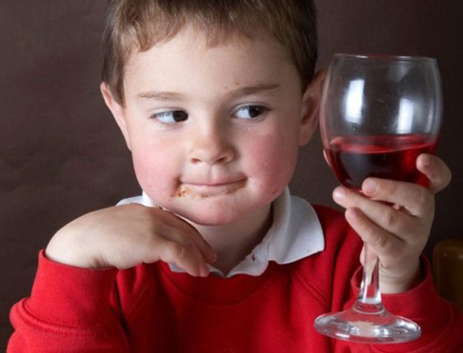 Cho trẻ uống rượu, bia