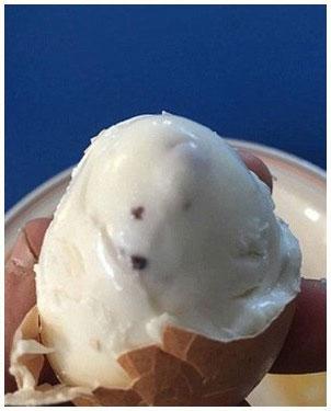 Khi nhìn thấy vỏ trứng có những lấm tấm đen nhìn thấy ở ngoài vỏ thì không nên ăn nữa.