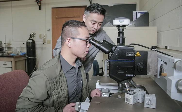 Giáo sư Xudong Wang và học trò đang nghiên cứu phát triển thiết bị hỗ trợ giảm cân đặc biệt.