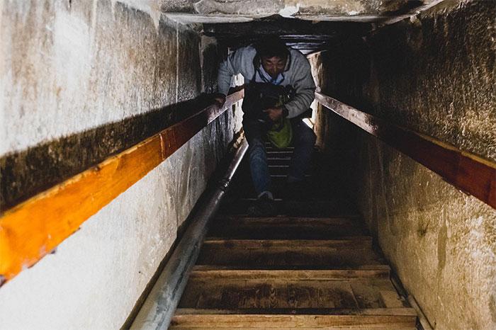 Cầu thang kéo dài trong kim tự tháp.