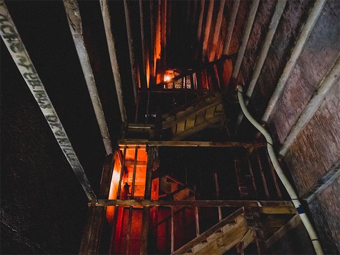 Một căn phòng hình tam giác, với trần nhà cao khoảng 12m.