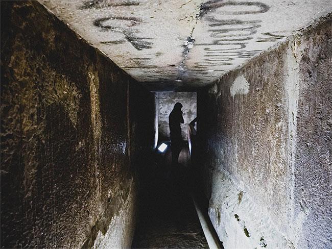 Tất cả những gì bên trong là các lối đi ngắn và hẹp, những căn phòng rỗng không.