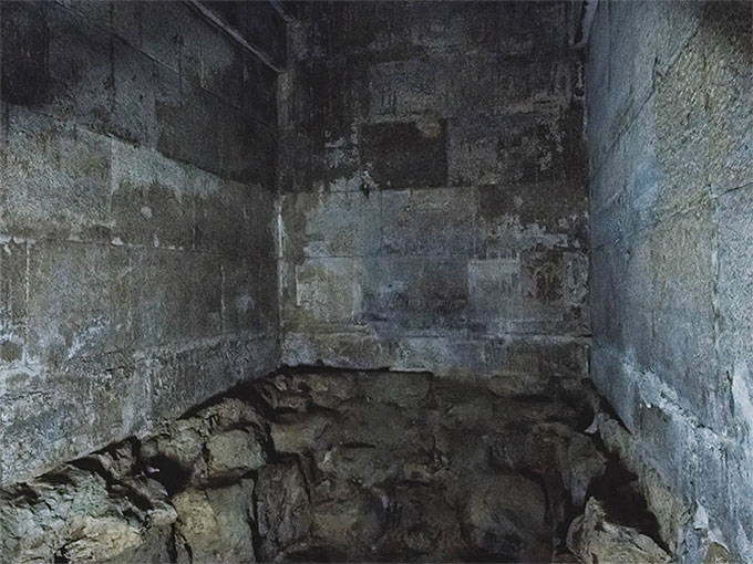 Nhiều du khách cũng trả lời rằng,  bên trong cũng... chẳng khác gì cả: vẫn những bức tường gạch, những lối đi chật hẹp.