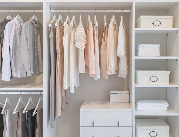 Dọn theo loại đồ, như quần áo, giày dép, sách vở, tranh ảnh…