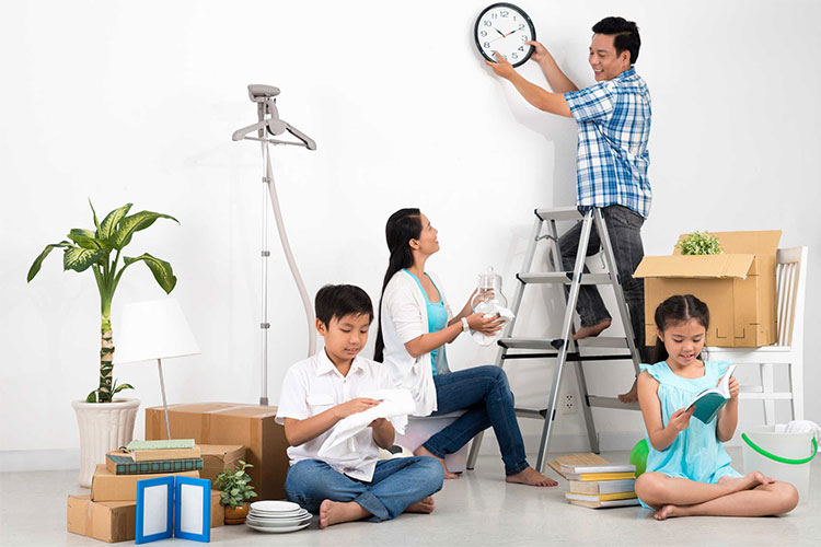 Bạn nên vệ sinh trần nhà trước, sau đó là dọn dẹp đồ dùng, cuối cùng là lau sàn nhà.