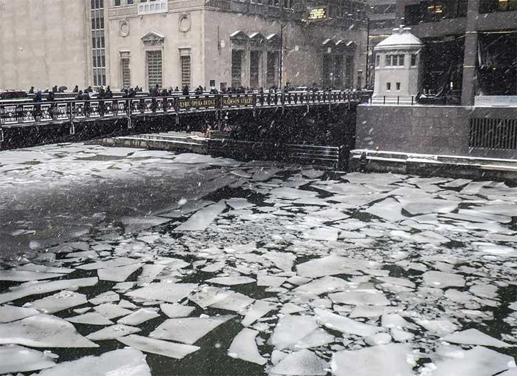 Nước đóng băng trôi trên Sông Chicago ở Chicago, ngày 28/1.