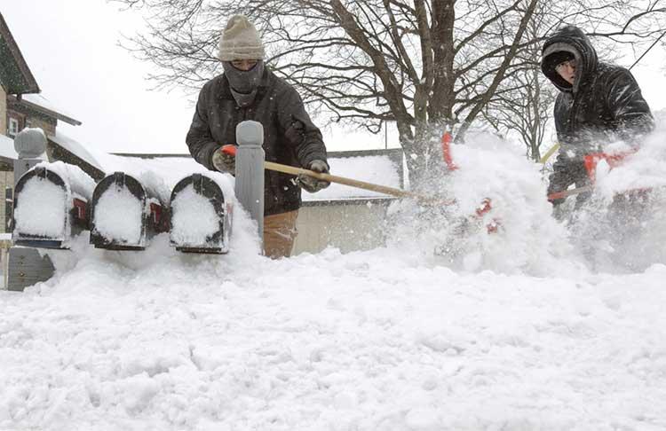 Ausencio Castaneda cùng con trai Ausencio Castaneda Jr. đào tuyết để tới được hòm thư của gia đình