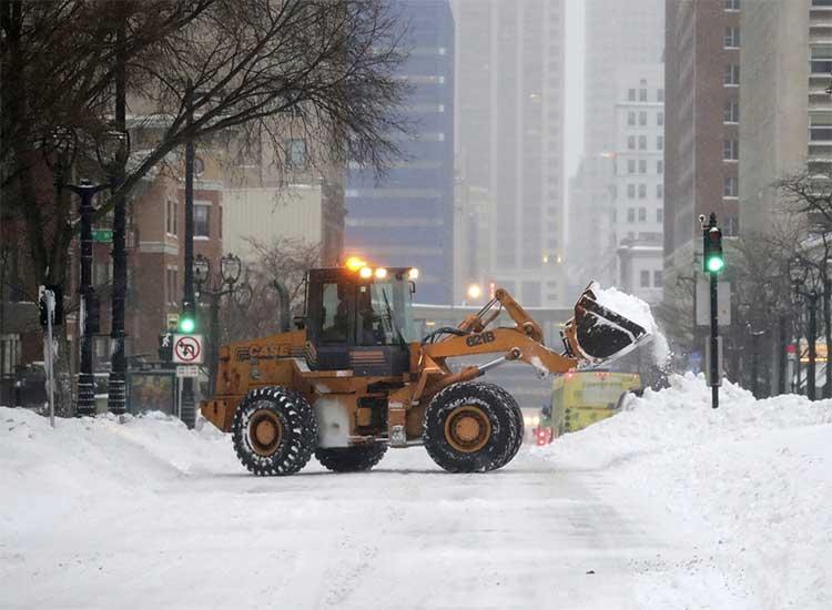 Xe đào tuyết đang dọn tuyết trên đại lộ West Wisconsin Avenue ở Milwaukee, bang Wisconsin ngày 28/1.