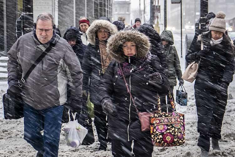 Người đi làm buổi sáng 28/1 dưới tuyết rơi dày tại đường Wacker Drive ở thành phố Chicago,