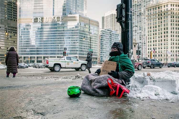 Andre Jones ngồi ở góc Michigan Avenue và Wacker Drive trong giá rét ở Chicago ngày 29/1