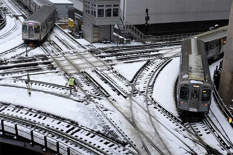 Đường tàu ở Chicago bị tuyết phủ ngày 28/1.