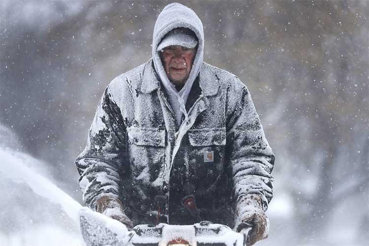 Gary Verstegen dọn tuyết trên vỉa hè trong cơn bão tuyết ở Wisconsin ngày 28/1.