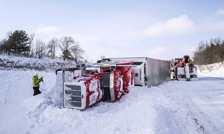 Các công nhân đang nỗ lực xử lý xe tải bị lật ở quốc lộ I-90 đoạn ở đông nam bang Minnesota ngày 28/1.