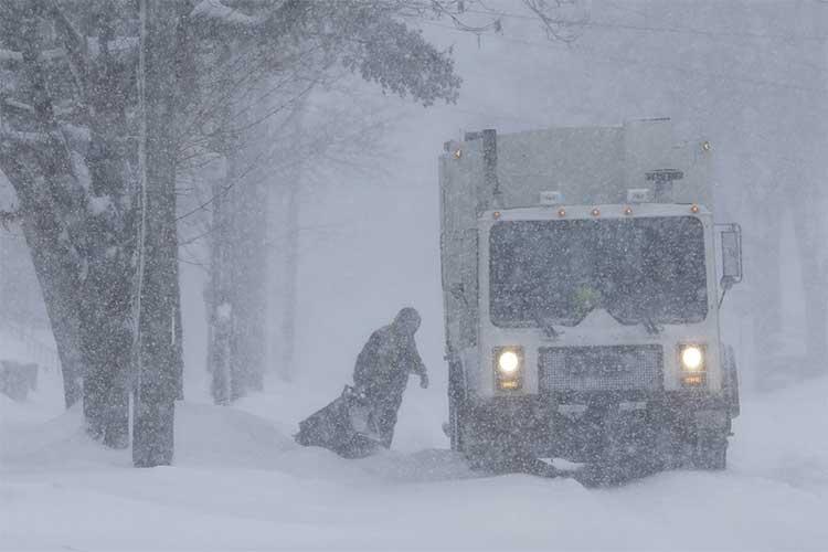 Một công nhân vẫn thu gom rác giữa trận bão tuyết ngày 28/1 ở bang Wisconsin.